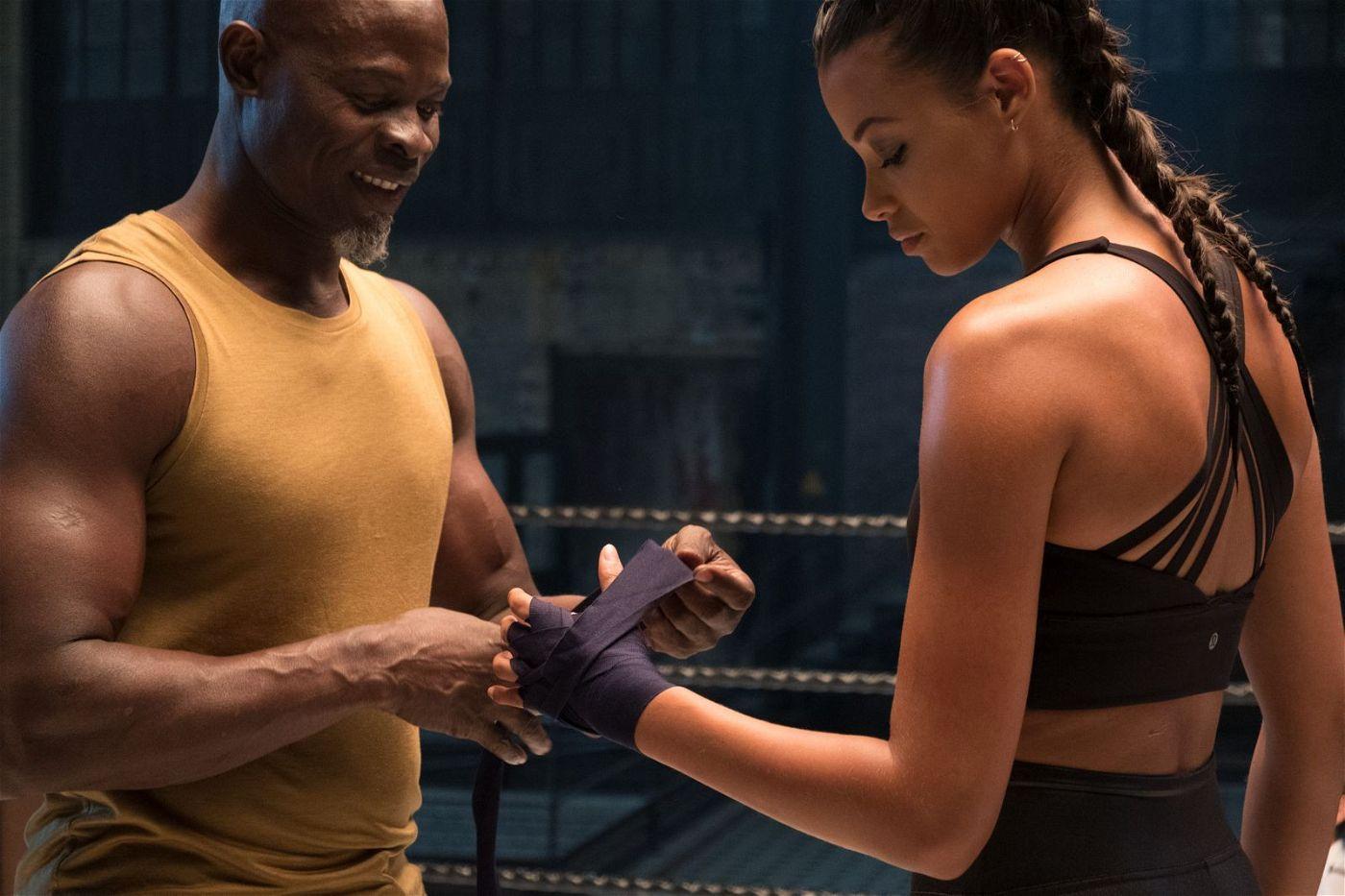 Einer der Bosleys (Djimon Hounsou) trainiert mit der grandiosen Kämpferin Jane (Ella Balinska).