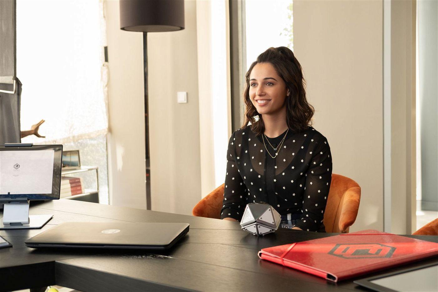Elena (Naomi Scott) versucht vergeblich, ihren Boss davon zu überzeugen, ihre Erfindung sicherer zu machen.