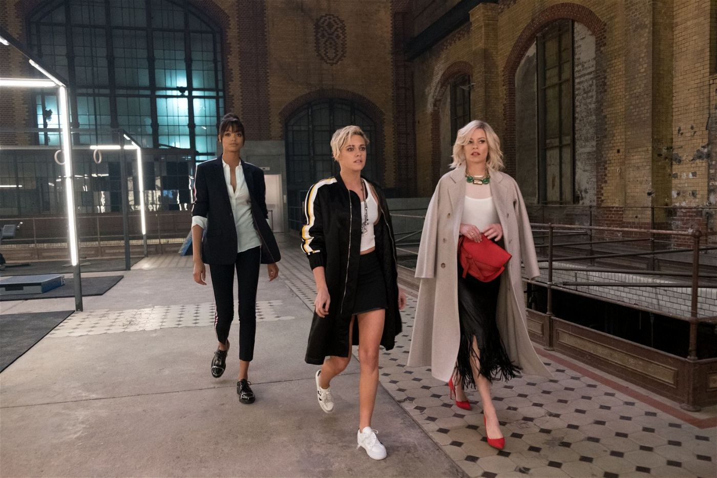 Bosley (Elizabeth Banks, rechts) ist die Chefin der beiden Engel Jane (Ella Balinska, links) und Sabina (Kristen Stewart).