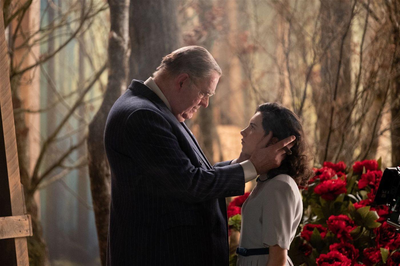 Studioboss Louis B. Mayer (Richard Cordery) schwört Judy Garland (Darci Shaw) auf eine große Zukunft in Hollywood ein.