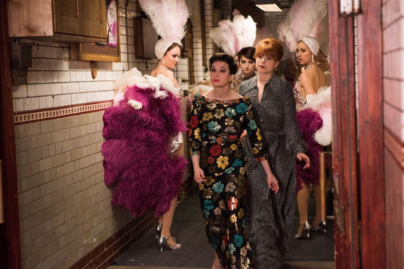 """In London wird Judy Garland (Renée Zellweger) von ihrer Assistentin Rosalyn Wilder (""""Wild Rose""""-Star Jessie Buckley) auf Schritt und Tritt begleitet."""