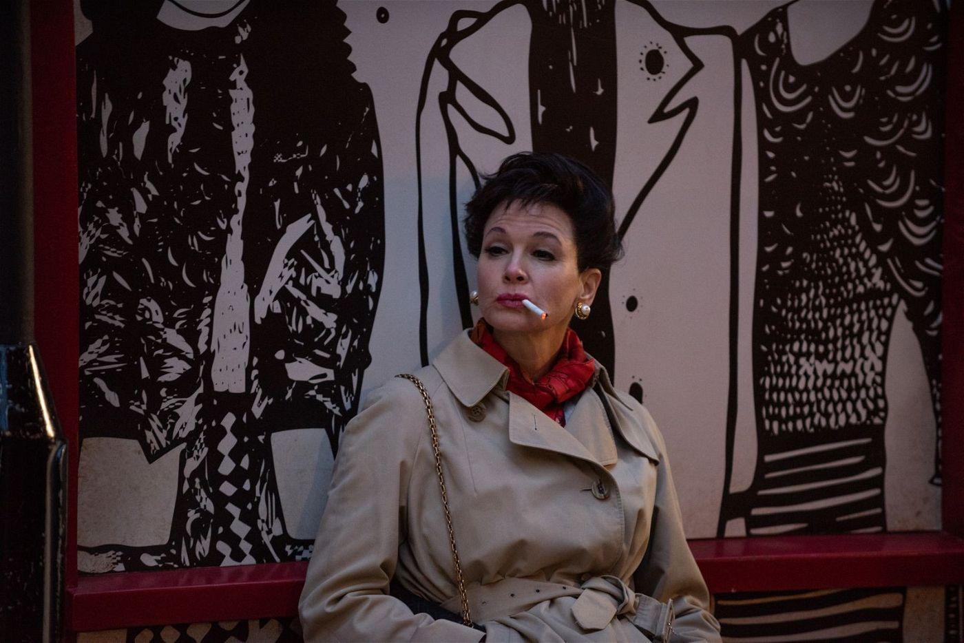 Hin- und hergerissen zwischen Muttergefühlen und den Notwendigkeiten des Lebens lässt sich Judy Garland (Renée Zellweger) auf ein Engagement in London ein.