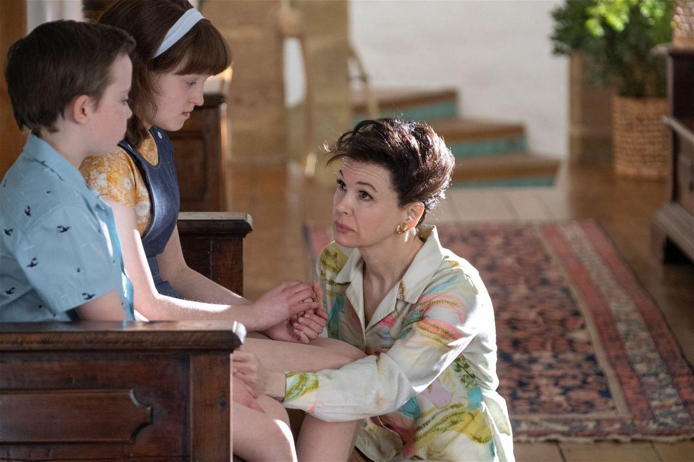 Der Abschied tut weh: Judy Garland (Renée Zellweger) muss ihre Kinder Joey (Lewin Lloyd) und Lorna (Bella Ramsey) zurücklassen, damit sie genug Geld verdient, um mit ihnen zusammen sein zu können.