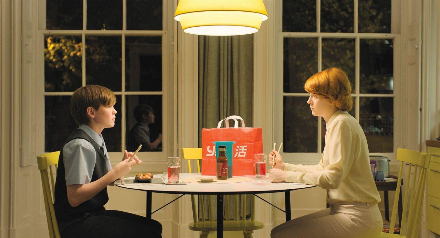 Alice (Emily Beecham) liebt ihren Sohn Joe (Kit Connor) und ihre Arbeit.