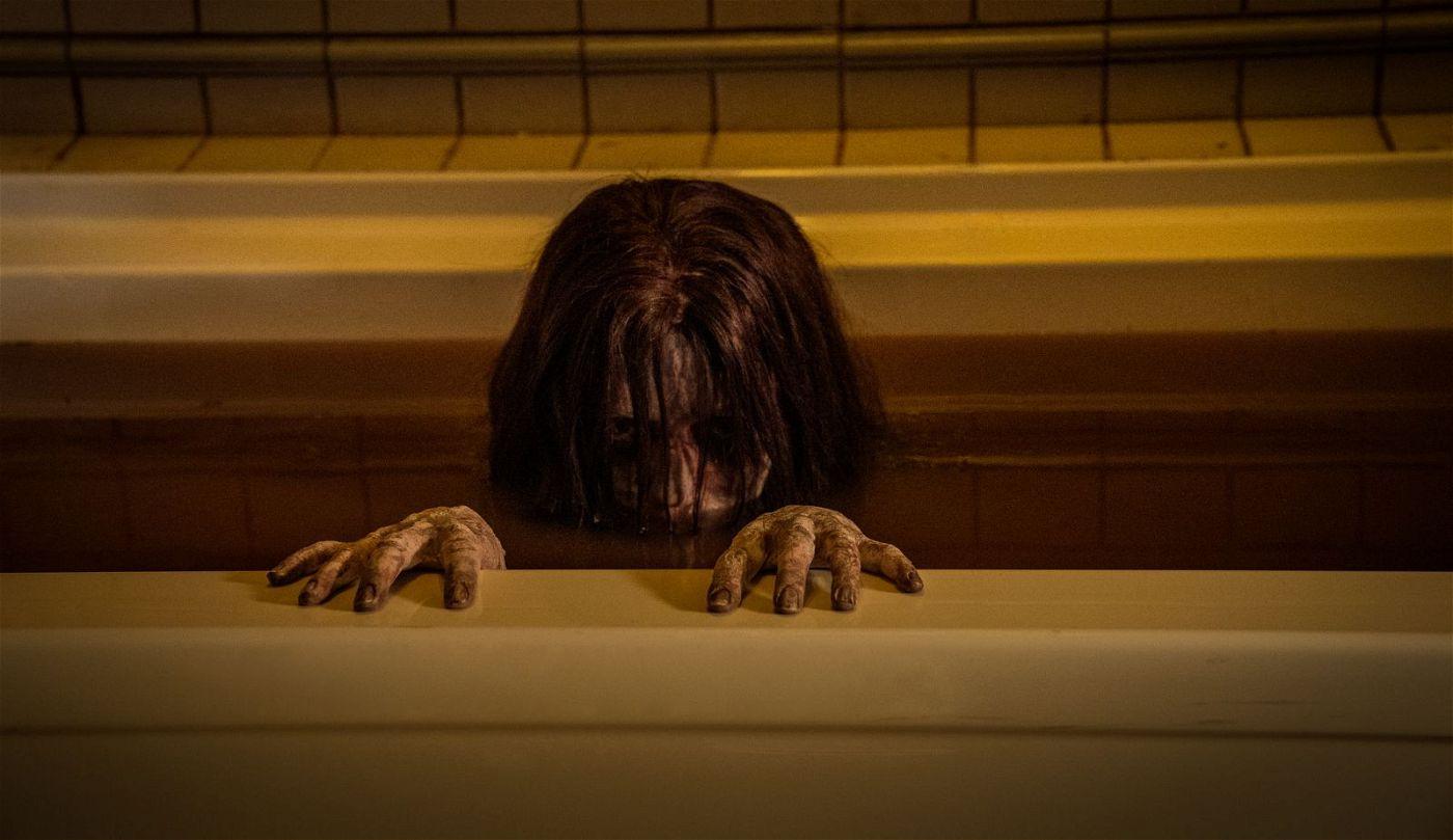 Ein rachsüchtiger Geist entsteigt im verfluchten Haus am Reyburn Drive 44 der Badewanne.