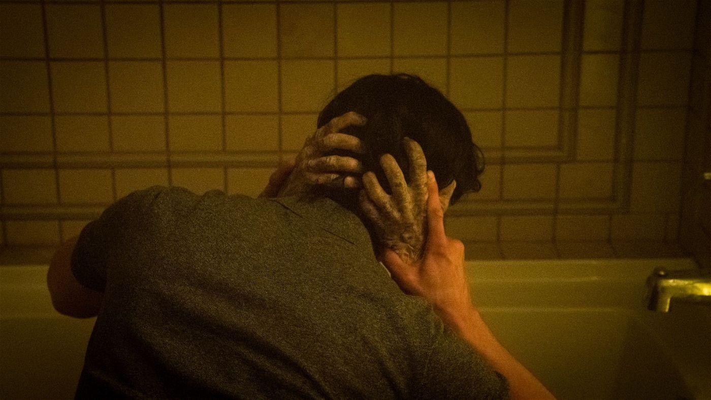 Der Makler Peter Spencer (John Cho) befindet sich im Klammergriff eines Geistes.