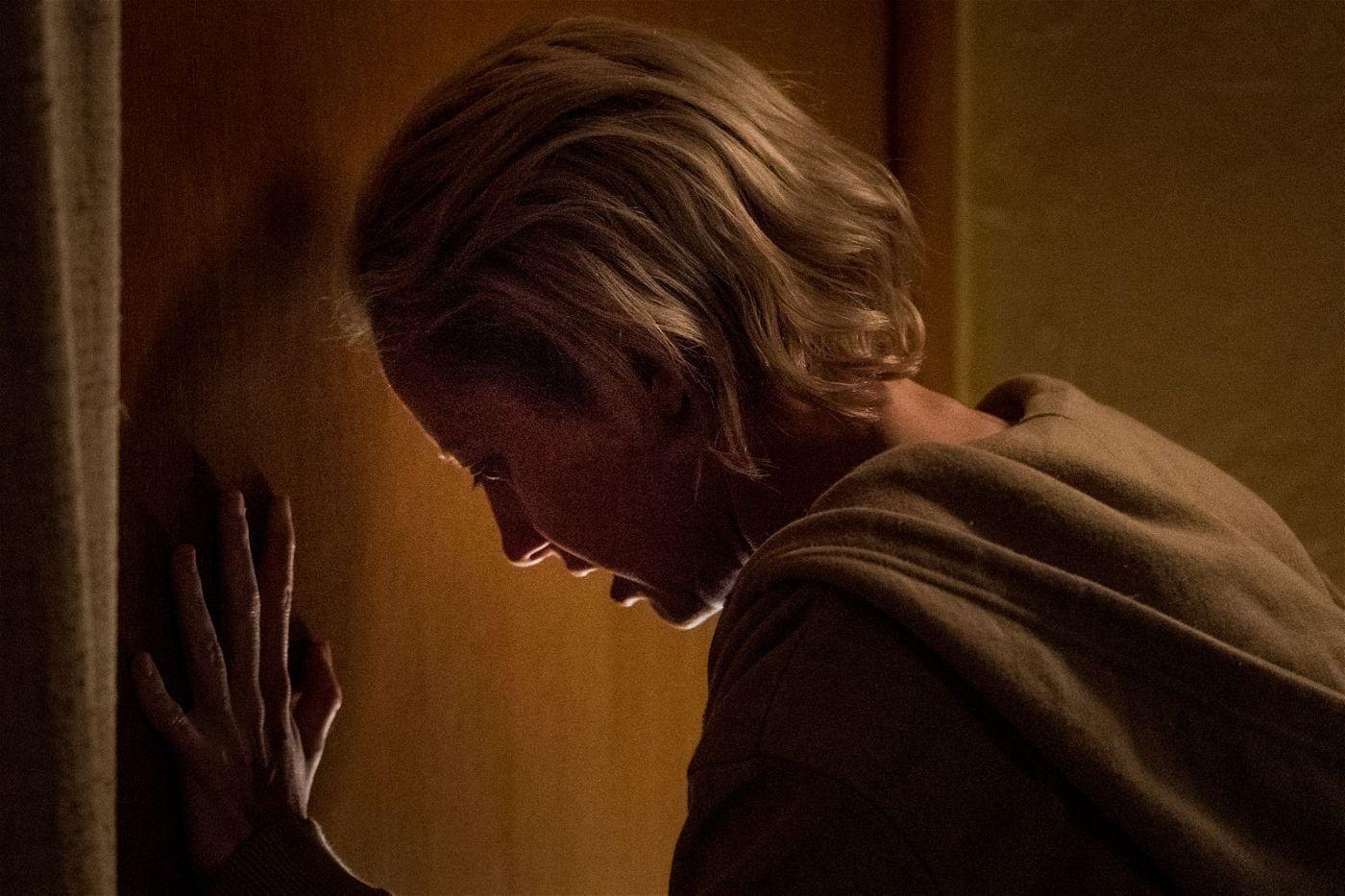 Detective Muldoon (Andrea Riseborough) kämpft nach dem Tod ihres Mannes um einen Neustart und verzweifelt langsam an ihren Ermittlungen.