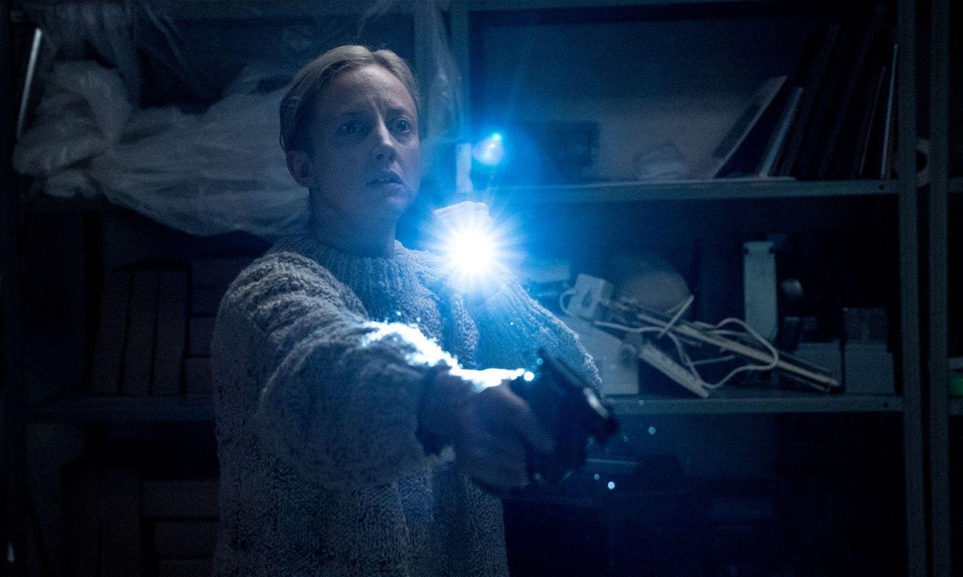Muldoon (Andrea Riseborough) spürt in der Asservatenkammer einer geisterhaften Erscheinung nach.