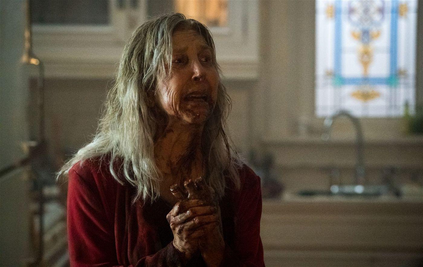 Die vom Fluch befallene Faith Matheson (Lin Shaye) hat im Wahn ihre eigene Hand verstümmelt.