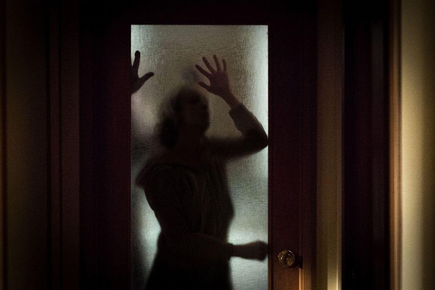 Detective Muldoon (Andrea Riseborough) stellt bald fest: Ihr Fall hat eine übersinnliche Dimension.