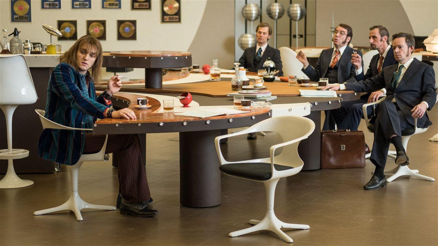 Lindenberg (Jan Bülow, links), hier im Büro seiner Plattenfirma, lässt sich trotz zwischenzeitlicher Niederlagen nie vom Kurs abbringen.