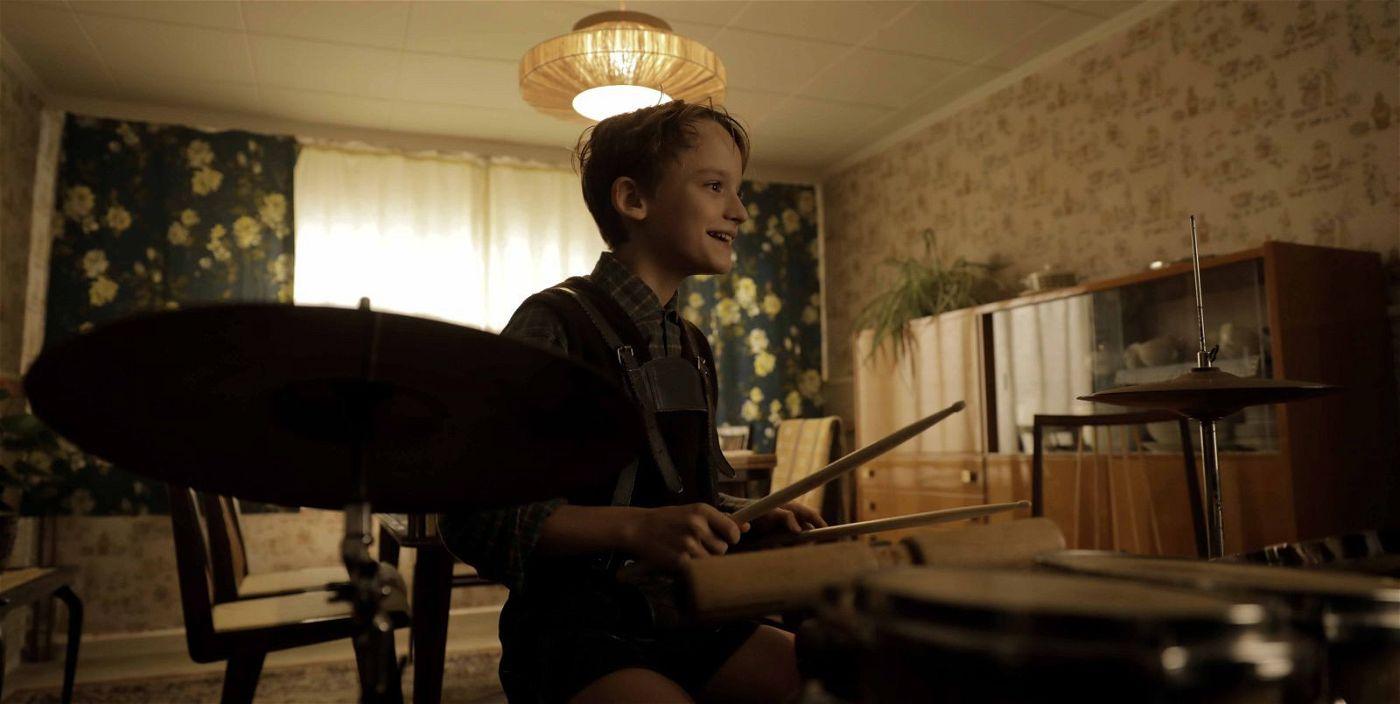 Schon als Kind liebt Udo (Claude Heinrich) das Schlagzeugspielen.