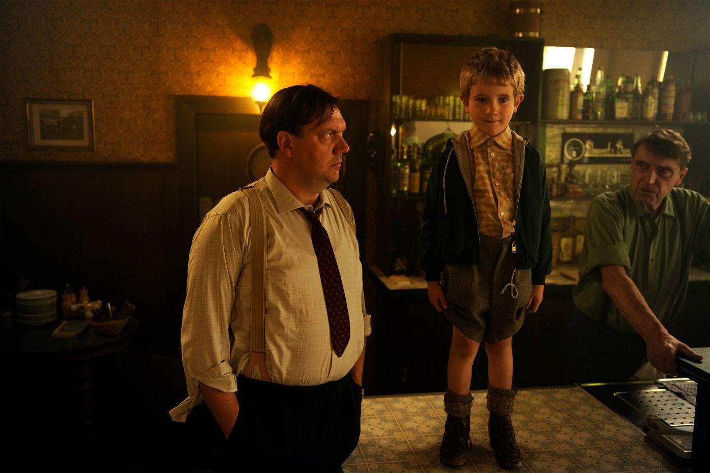 Gustav (Charly Hübner, links) will nicht, dass sein Sohn Udo (Jesse Hansen) Musiker wird.