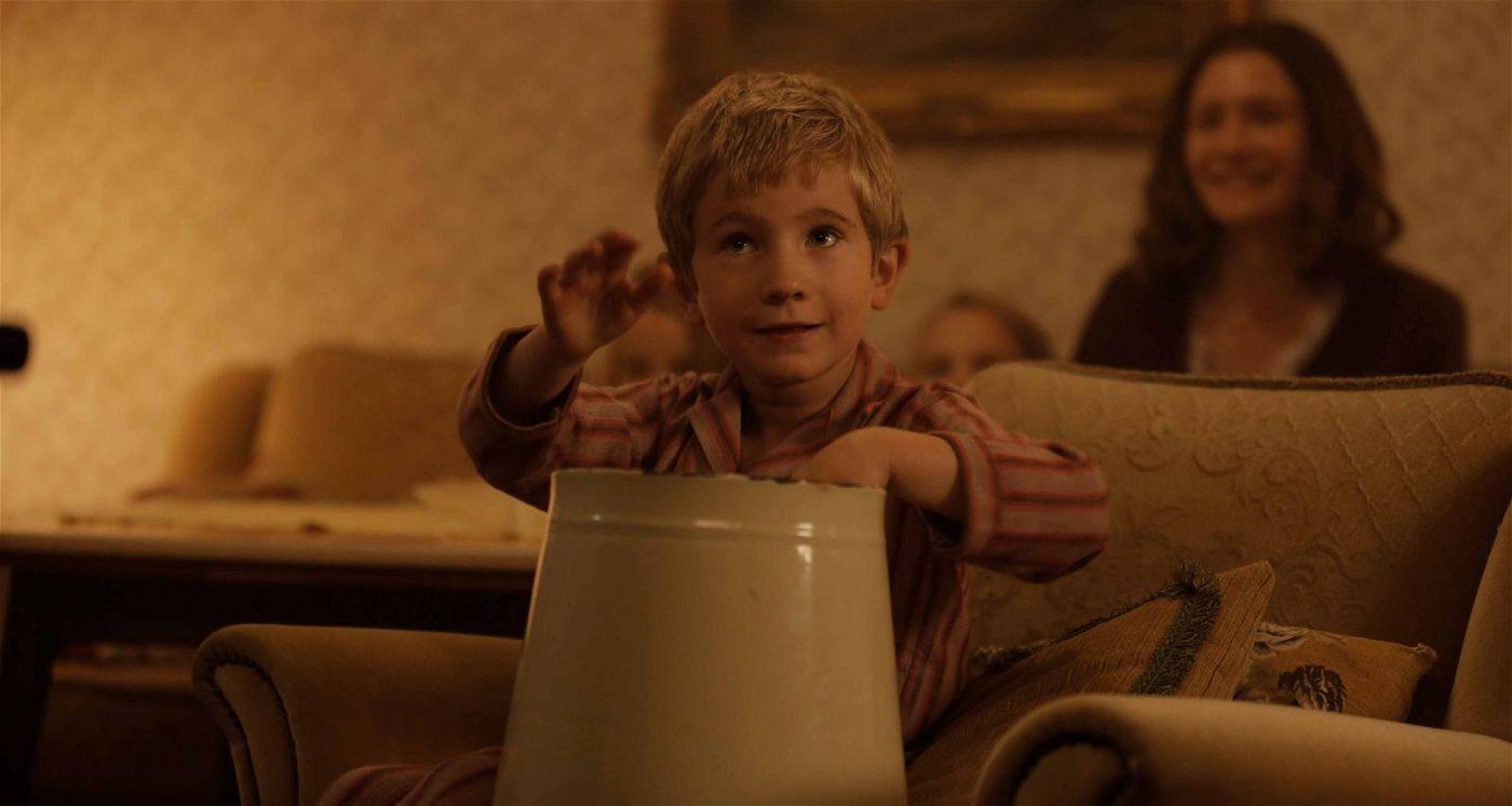 Früh übt sich: Der kleine Udo (Jesse Hansen) trommelt auf einem Eimer.