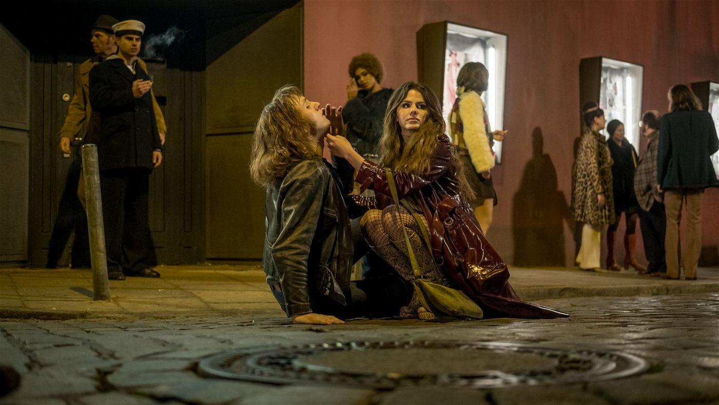 Nach einer Schlägerei kümmert sich Paula (Ruby O. Fee) um Udo (Jan Bülow).