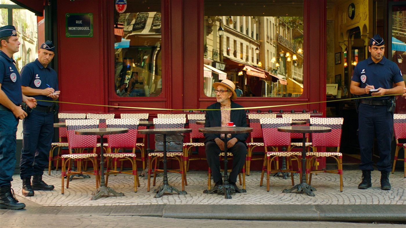"""Elia Suleiman, der Regisseur und Protagonist seines Films """"Vom Gießen des Zitronenbaums"""", will in Paris eigentlich nur einen Kaffee trinken, wird aber Zeuge, wie Polizisten die Welt im Kleinen vermessen."""