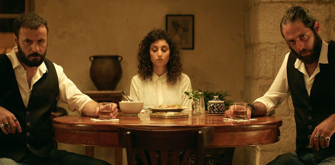 Weil ein Wirt ihrer Schwester ein Gericht mit Weißweinsauce servierte, verlieren zwei Brüder fast die Contenance. Aber mit Gratis-Whiskey lässt sich vieles regeln.