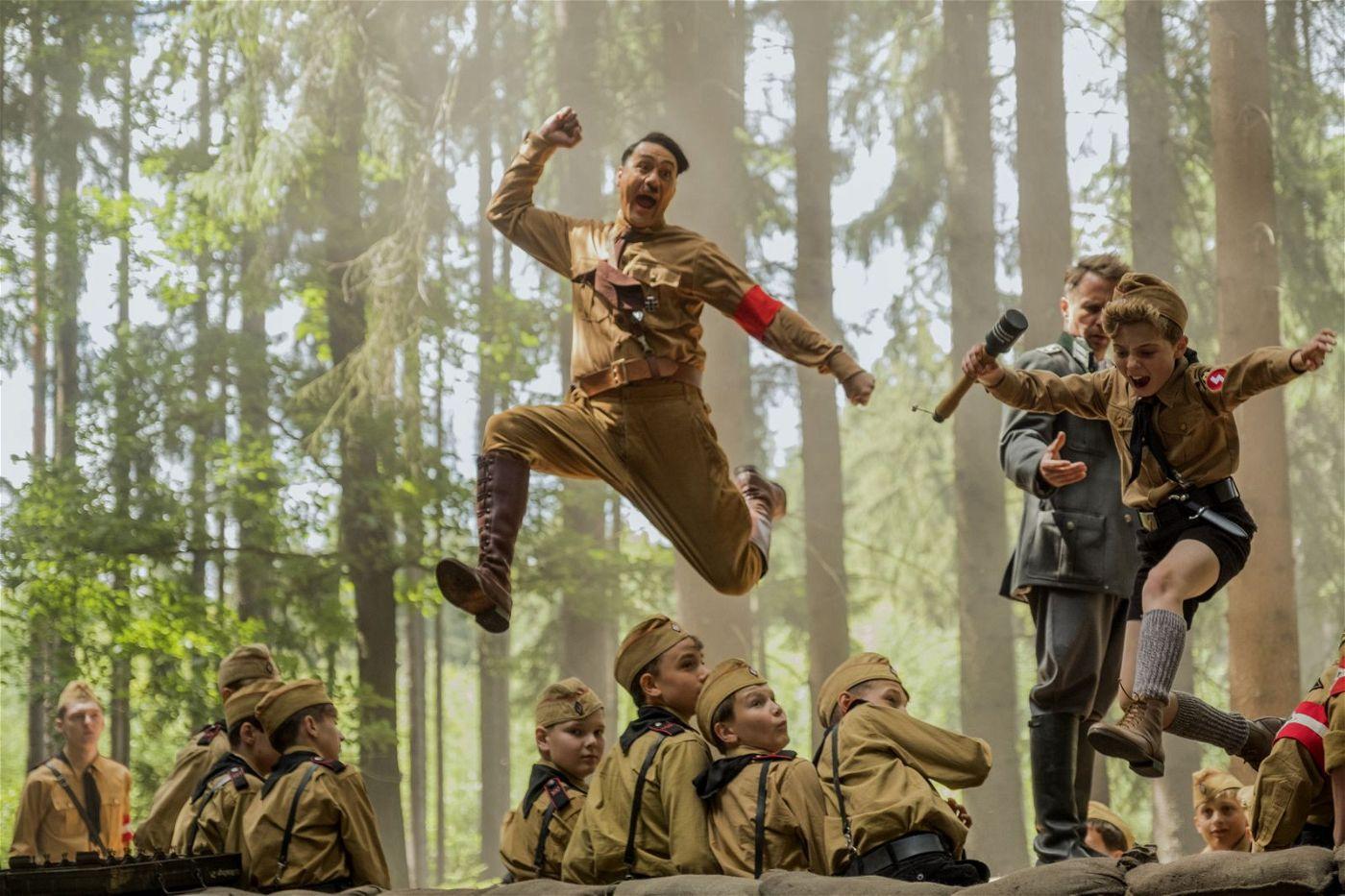 Adolf Hitler (Taika Waititi, links) hilft dem Hitlerjungen Jojo (Roman Griffin Davis), Mut zu fassen.