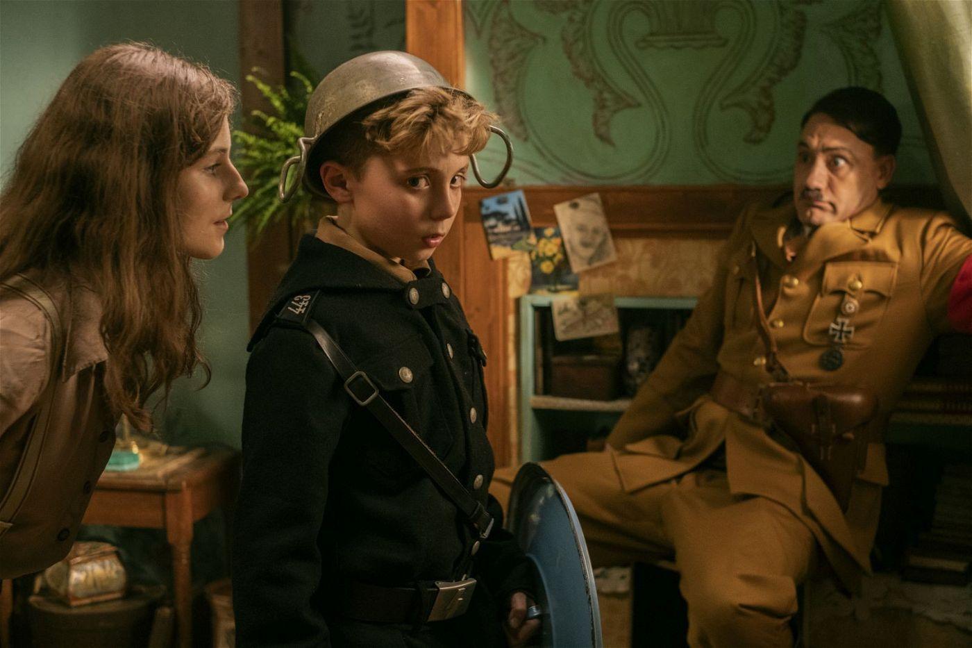 Jojo (Roman Griffin Davis, Mitte) stellt der Jüdin Elsa (Thomasin McKenzie) seinen imaginären Freund Hitler (Taika Waititi) vor.