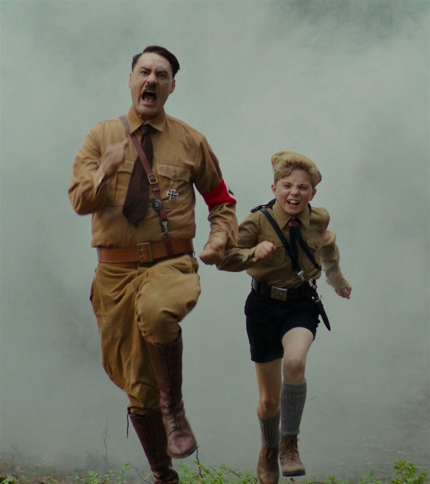 Hitler (Taika Waititi, links) und Jojo (Roman Griffin Davis) gehen gemeinsam durch Dick und Dünn.
