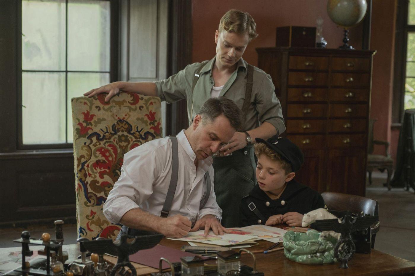Hauptmann Klenzendorf (Sam Rockwell, links) will aus Jojo (Roman Griffin Davis) einen guten Hitlerjungen machen.