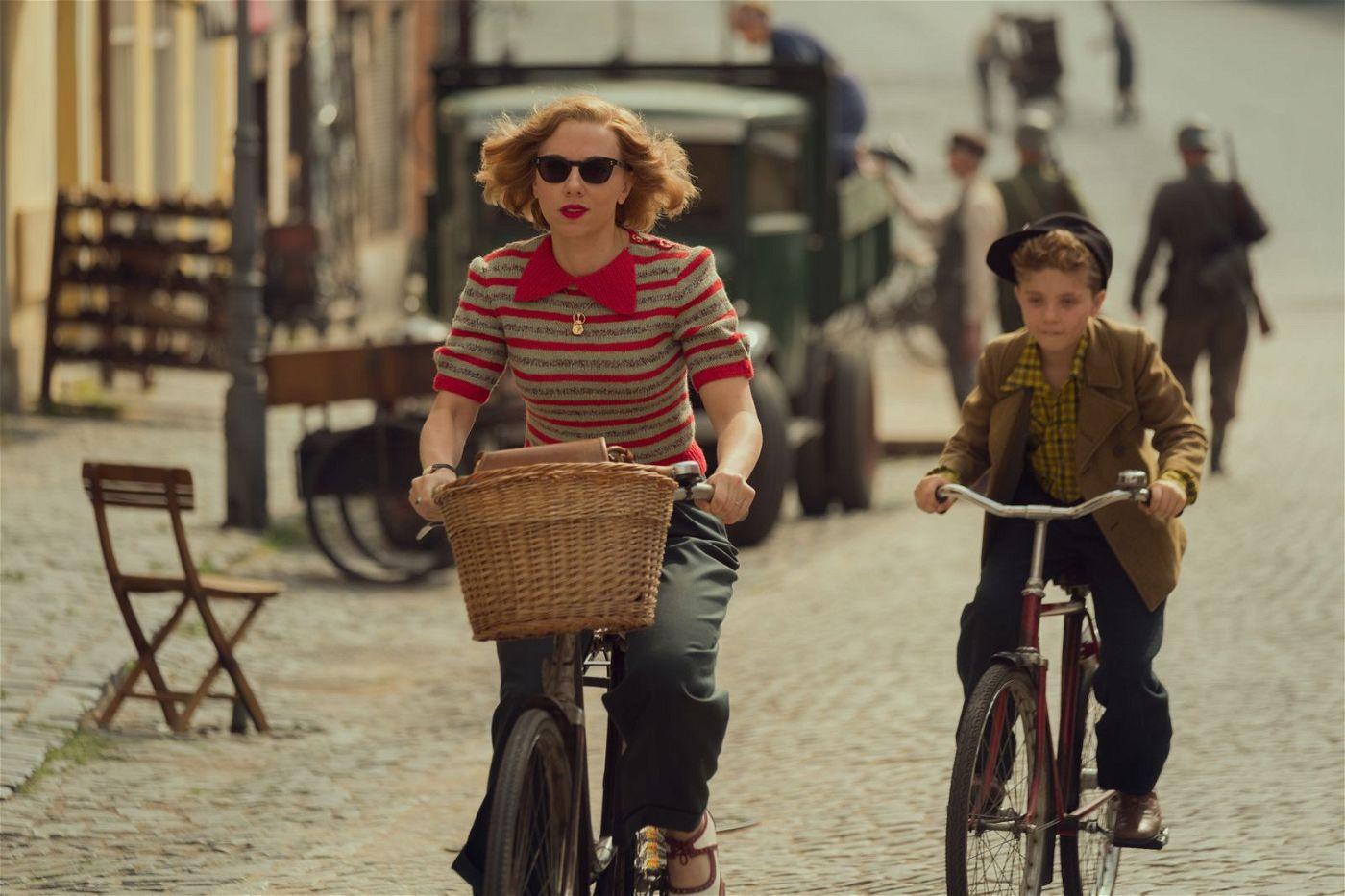 Obwohl sie Kommunistin ist und er ein Nazi, steht Jojos Mutter (Scarlett Johansson) bedingungslos zu ihrem Sohn (Roman Griffin Davis).