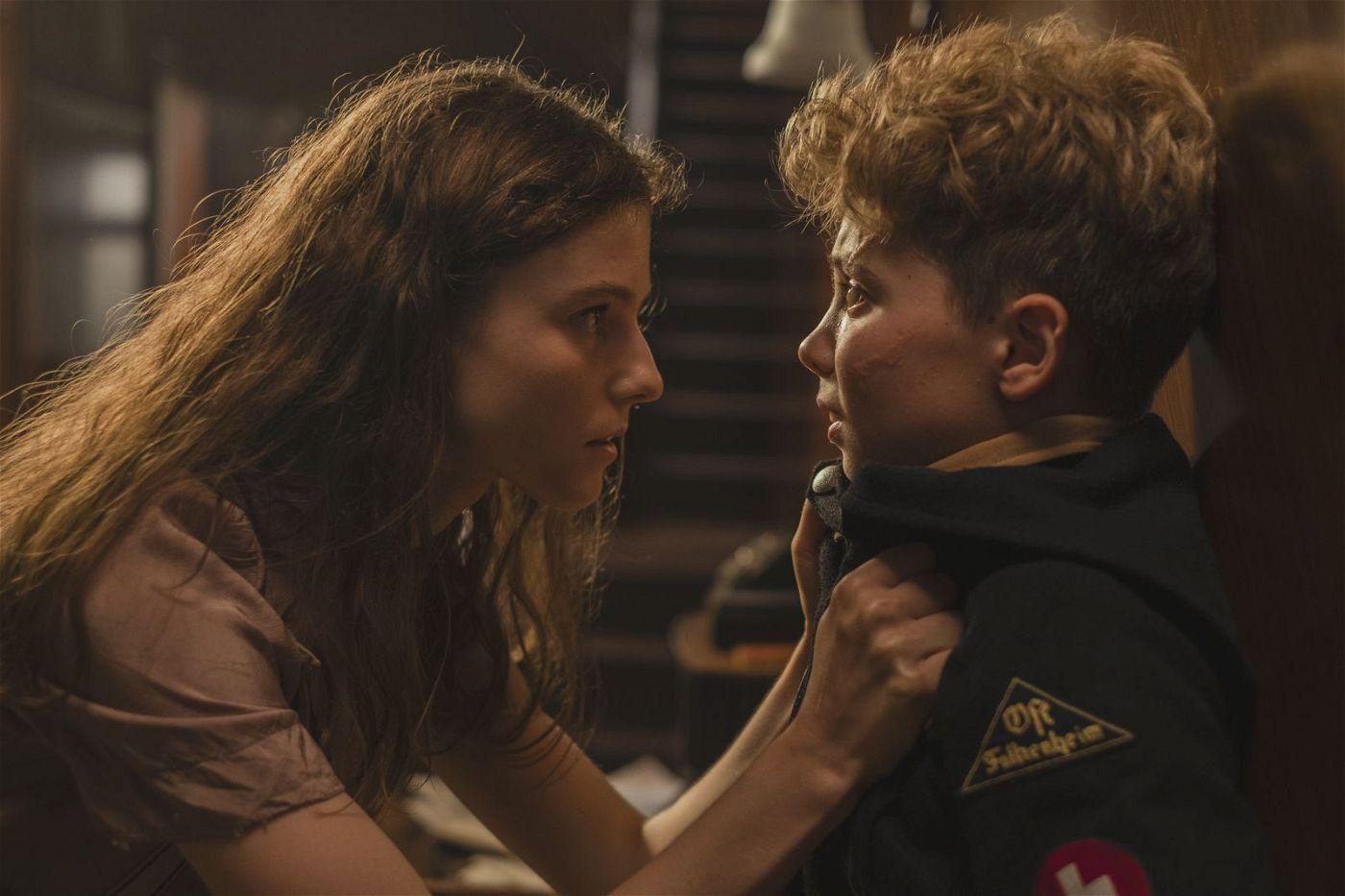 Die jungen Jüdin Elsa (Thomasin McKenzie) beschwört Jojo (Roman Griffin Davis), sie nicht zu verraten.