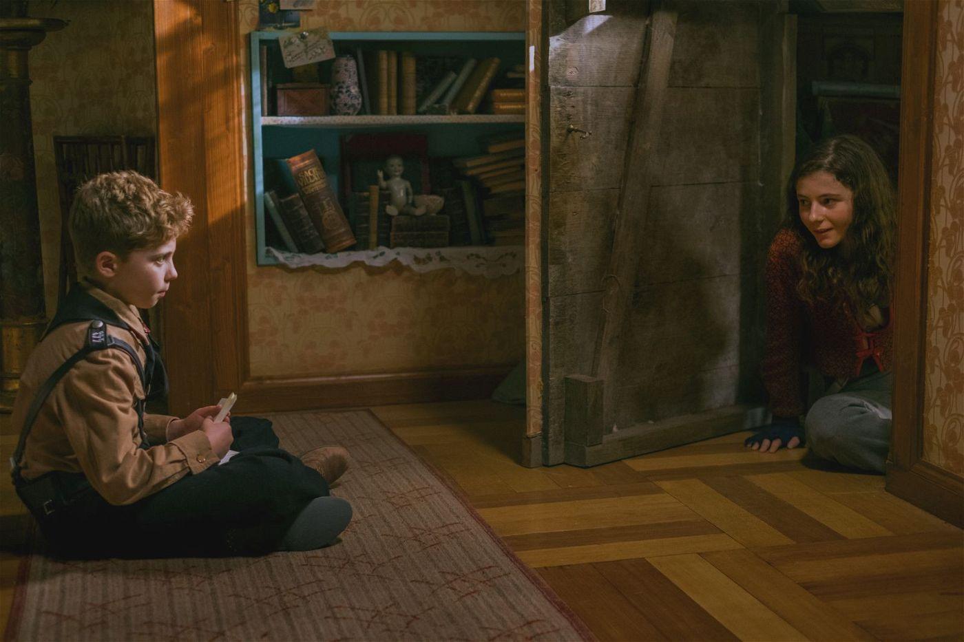 Elsa (Thomasin McKenzie) hat sich im Haus von Jojo (Roman Griffin Davis) vor den Nazis versteckt.