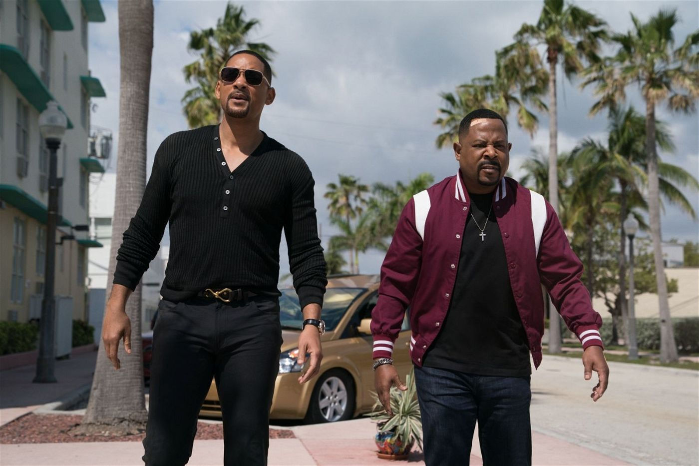 Mike (Will Smith, links) und Marcus (Martin Lawrence) im Einsatz -  aber die Action spielt sich hinter ihnen ab.