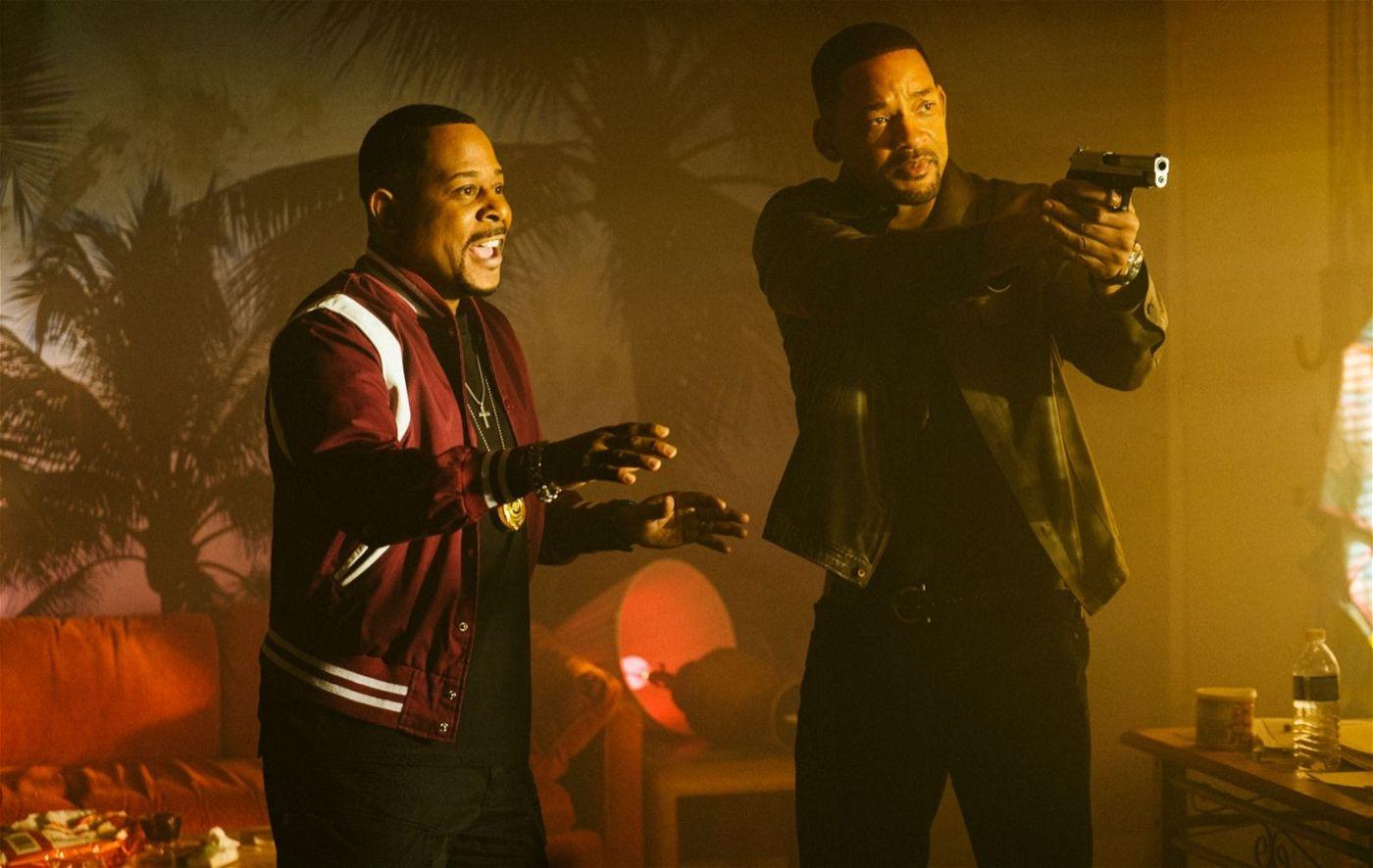 Mike (Will Smith, rechts) will auf die gute, alte Tour ermitteln, während Marcus (Martin Lawrence) ihn beschwört, es mit Freundlichkeit zu versuchen.