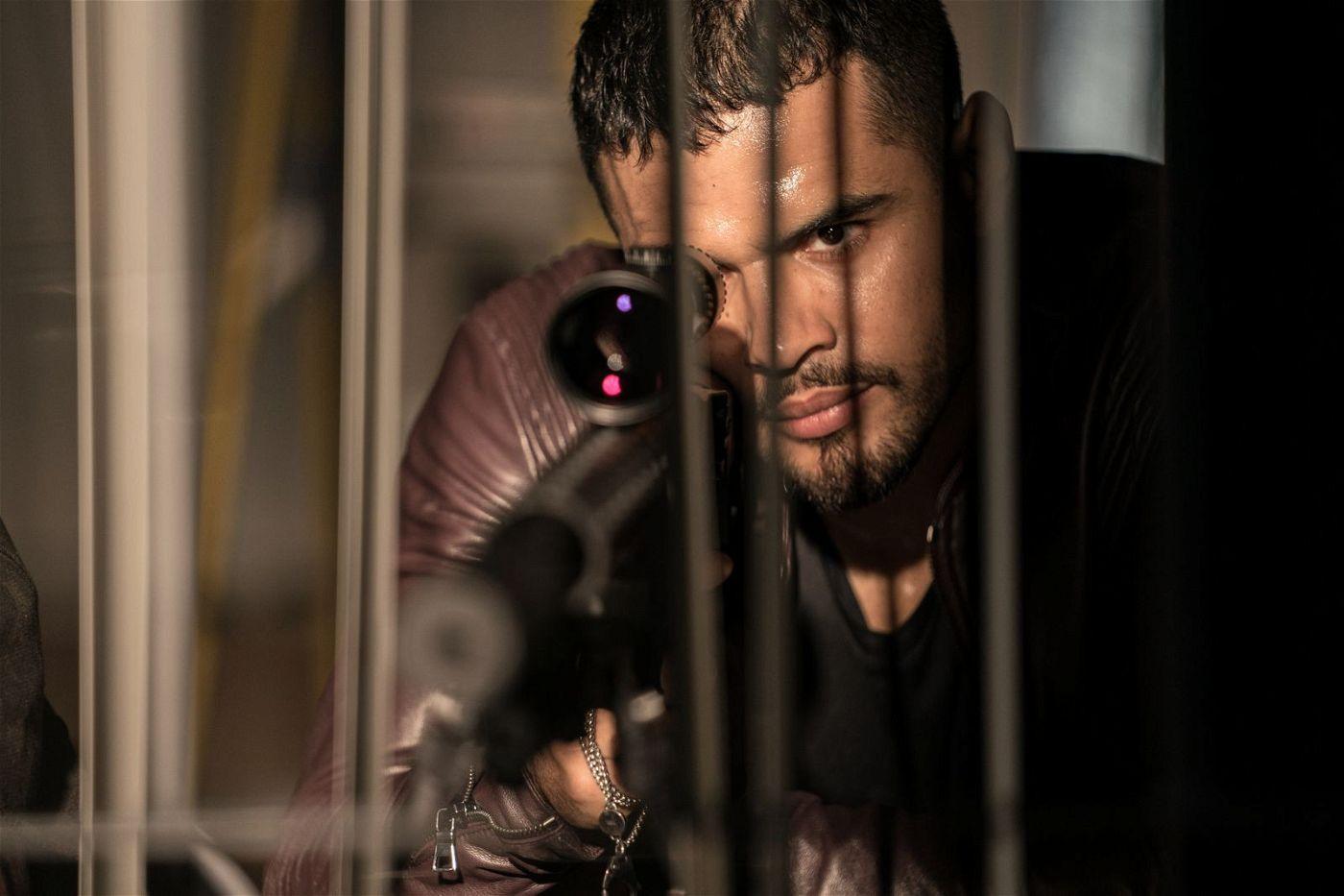 Der Bösewicht Armando Armas (Jacob Scipio) hat sein Ziel genau im Visier.