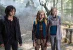 Im Wald treffen die drei Helden, der Vampir Vlad (Aaron Kissiov, links), der Werwolf Wolf (Arsseni Bultmann) und die Fee Faye (Johanna Schraml), auf den Torwächter der magischen Welt.