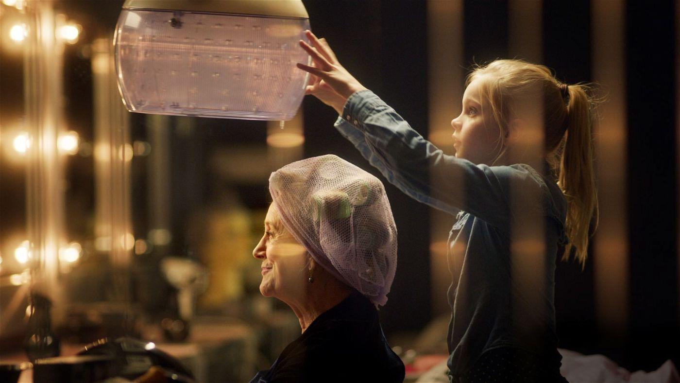 Wenn sie groß ist, will Romy (Vita Heijmen, rechts) den Friseursalon ihrer Oma Stine (Beppie Melissen) übernehmen. Deswegen übt sie schon jetzt.