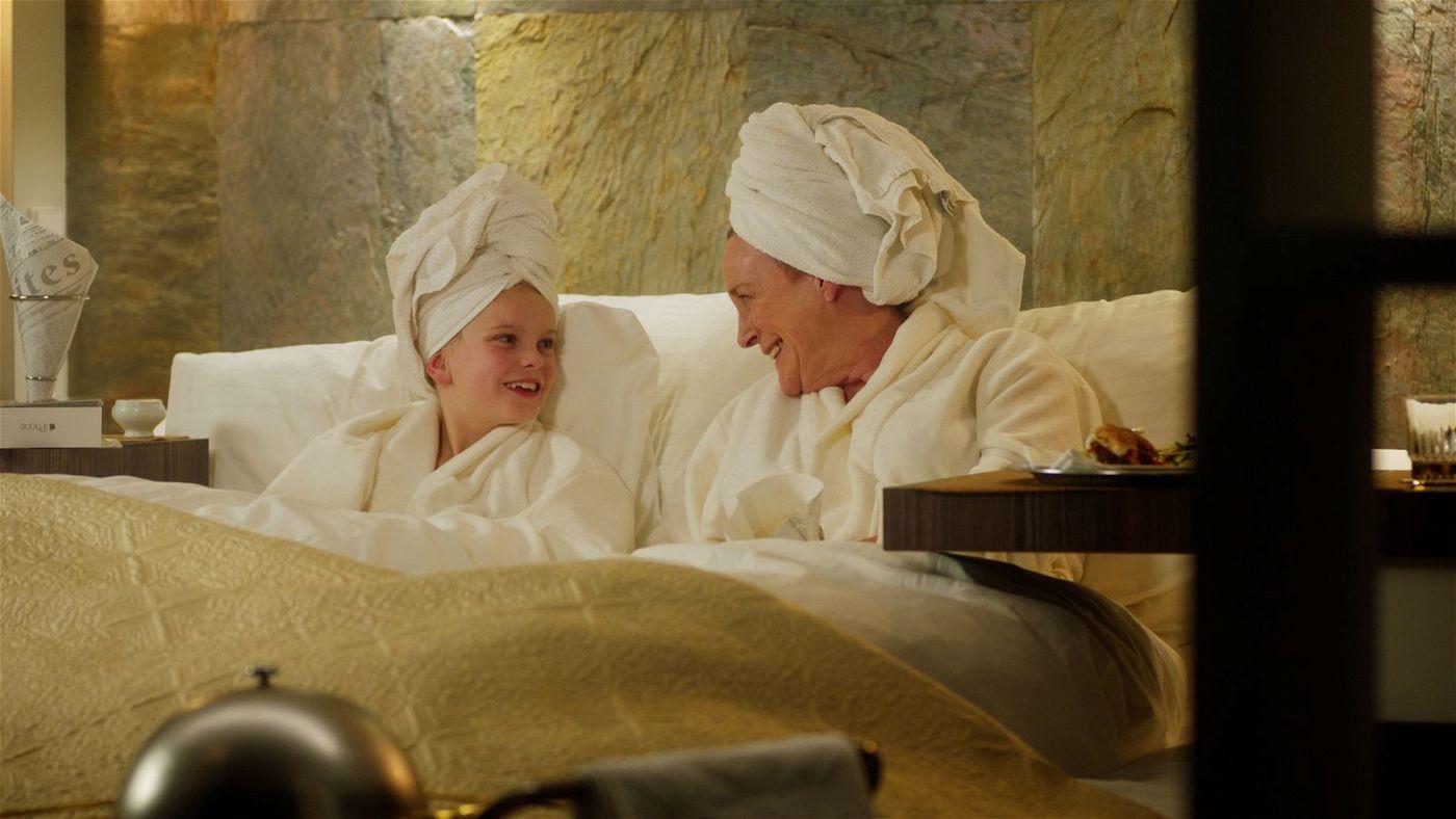Oma Stine (Beppie Melissen, rechts) gönnt sich mit ihrer Enkelin Romy (Vita Heijmen) einen Wellness-Tag.