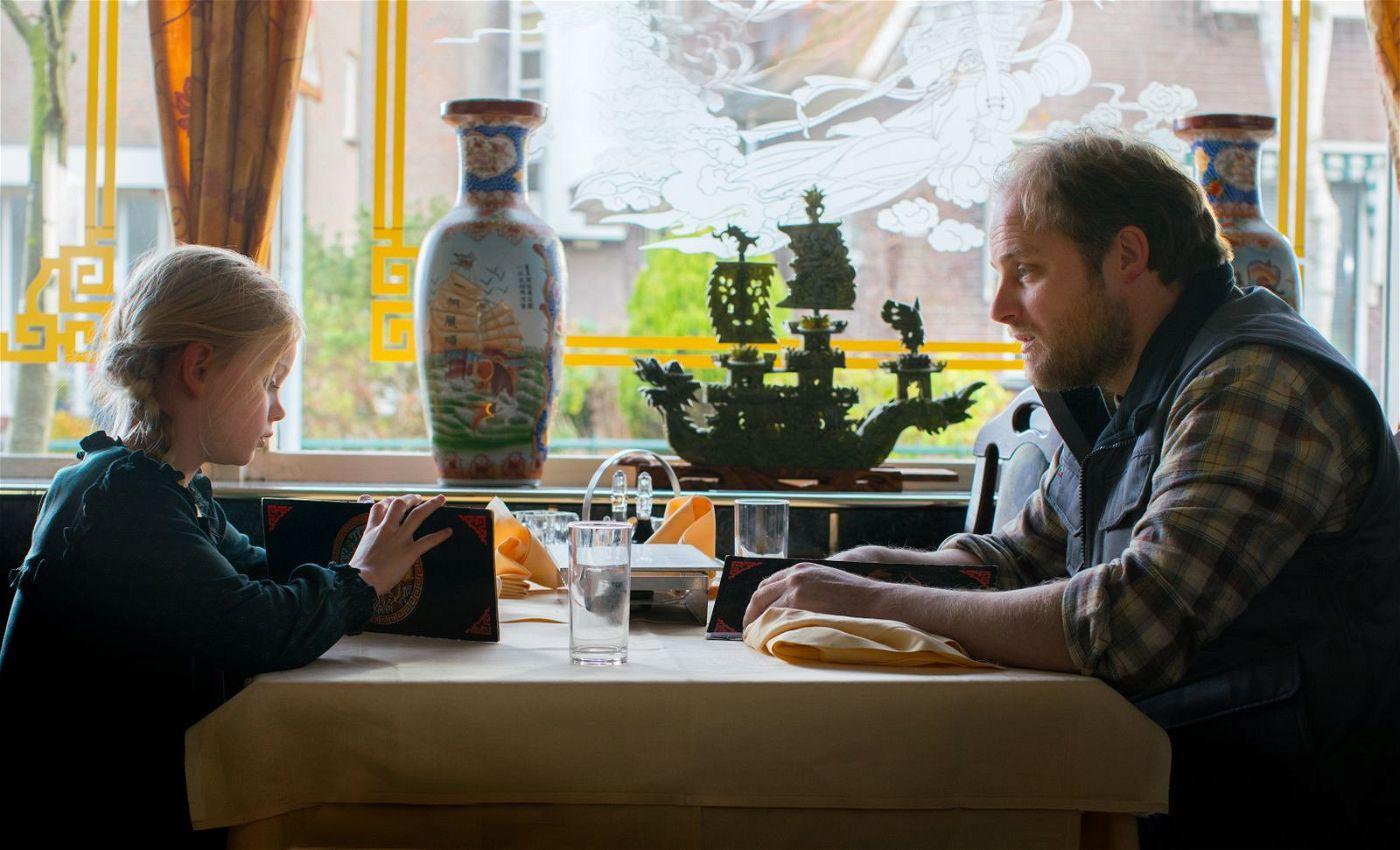 Romys (Vita Heijmen) Vater (Guido Pollemans) hat eine neue Freundin - und nicht mehr so viel Zeit für sie wie früher.