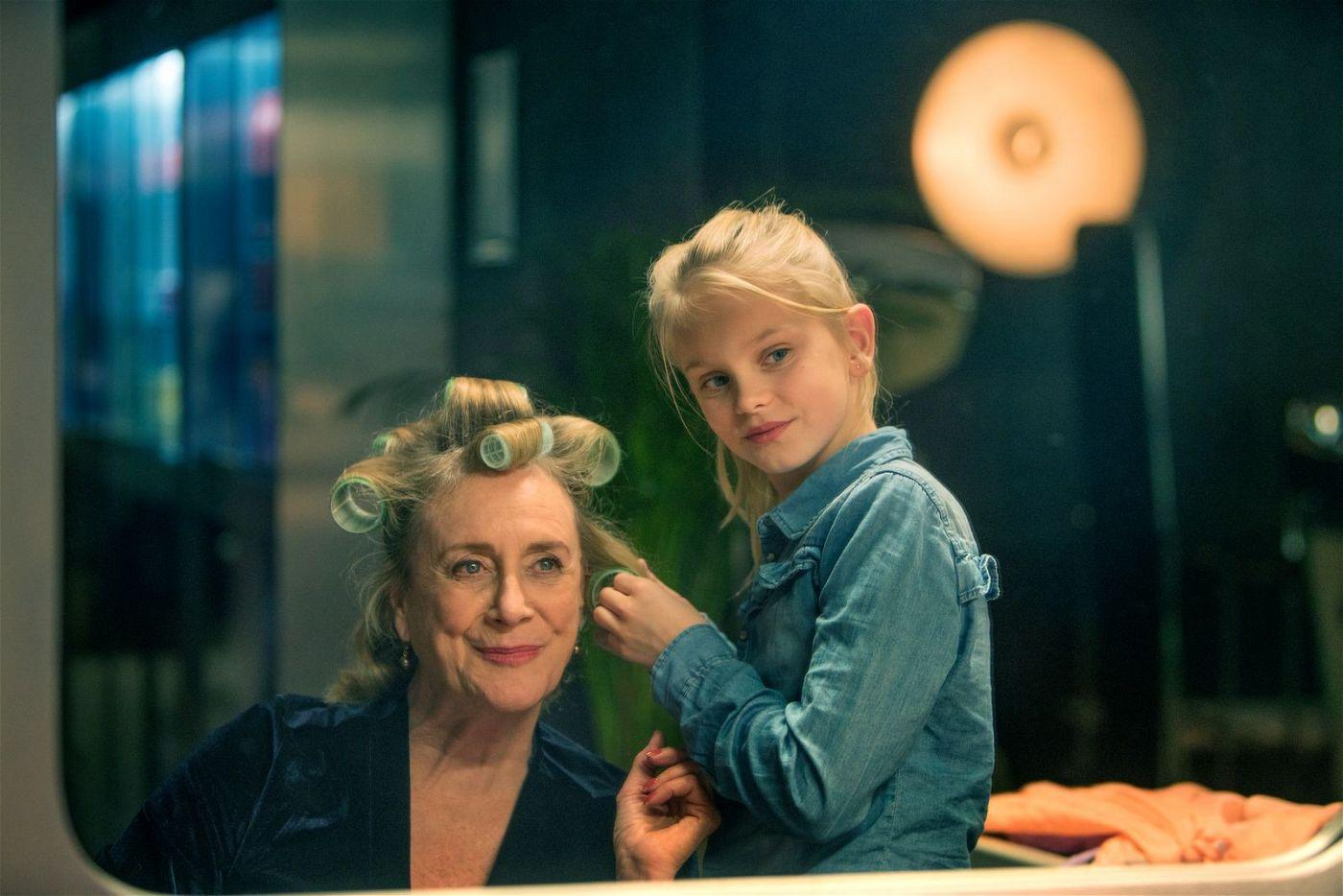 Romy (Vita Heijmen, rechts) findet Gefallen daran, ihrer Oma Stine (Beppie Melissen) die Haare zu machen.