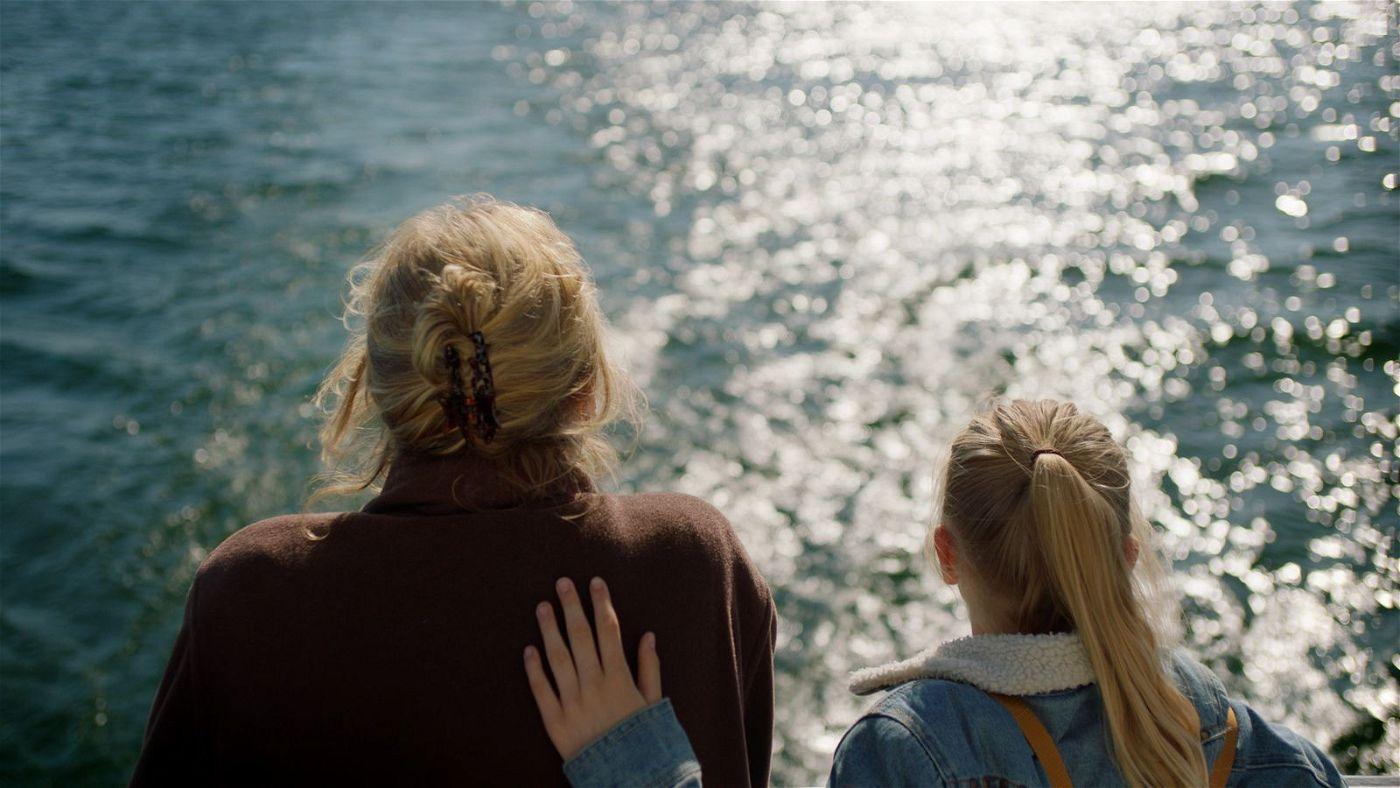 Romy (Vita Heijmen, rechts) möchte ihrer Oma Stine (Beppie Melissen) eine Freude machen und bricht mit ihr zu einer Fahrt nach Dänemark auf.