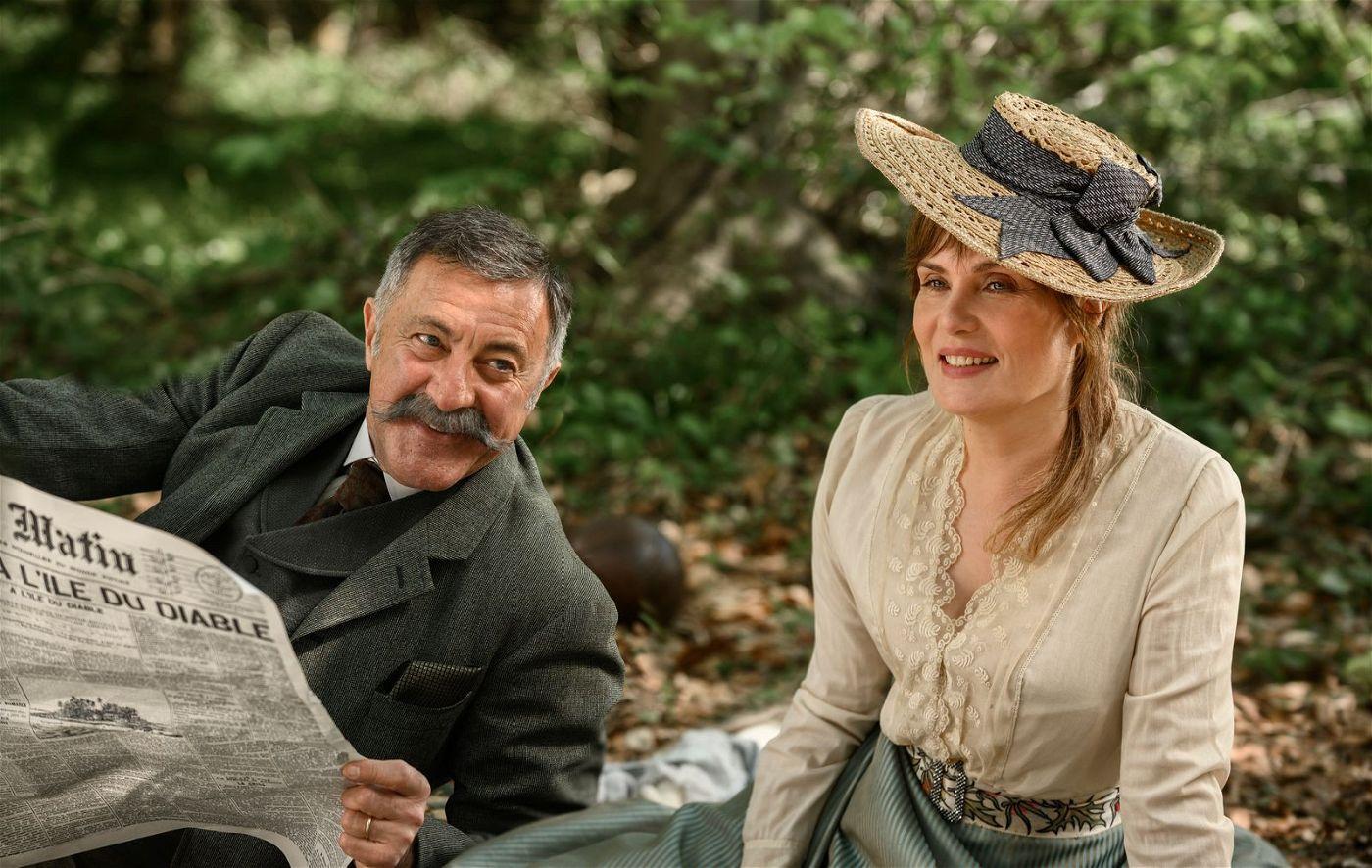 Pauline Monnier (Emmanuelle Seigner) genießt mit ihrem Ehemann Philippe Monnier (Luca Barbareschi) den Sommer.