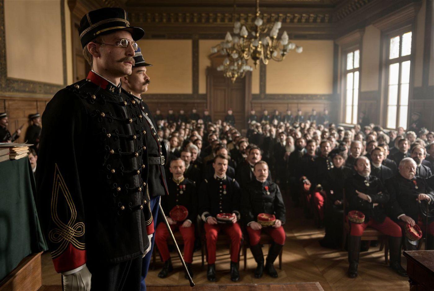 Hauptmann Dreyfus (Louis Garrel, links) muss sich wegen des Vorwurfs des Landesverrats vor Gericht verantworten.