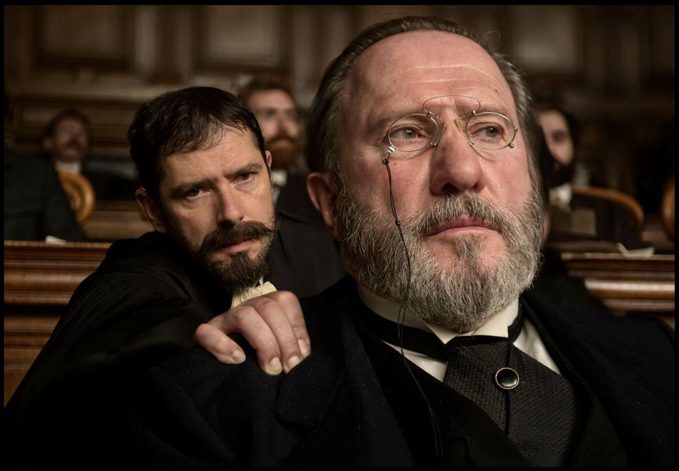 Der Schrifsteller Émile Zola (André Marcon, rechts) wird vor Gericht gestellt; sein Anwalt Fernand Labori (Melvil Poupaud) verteidigt ihn.