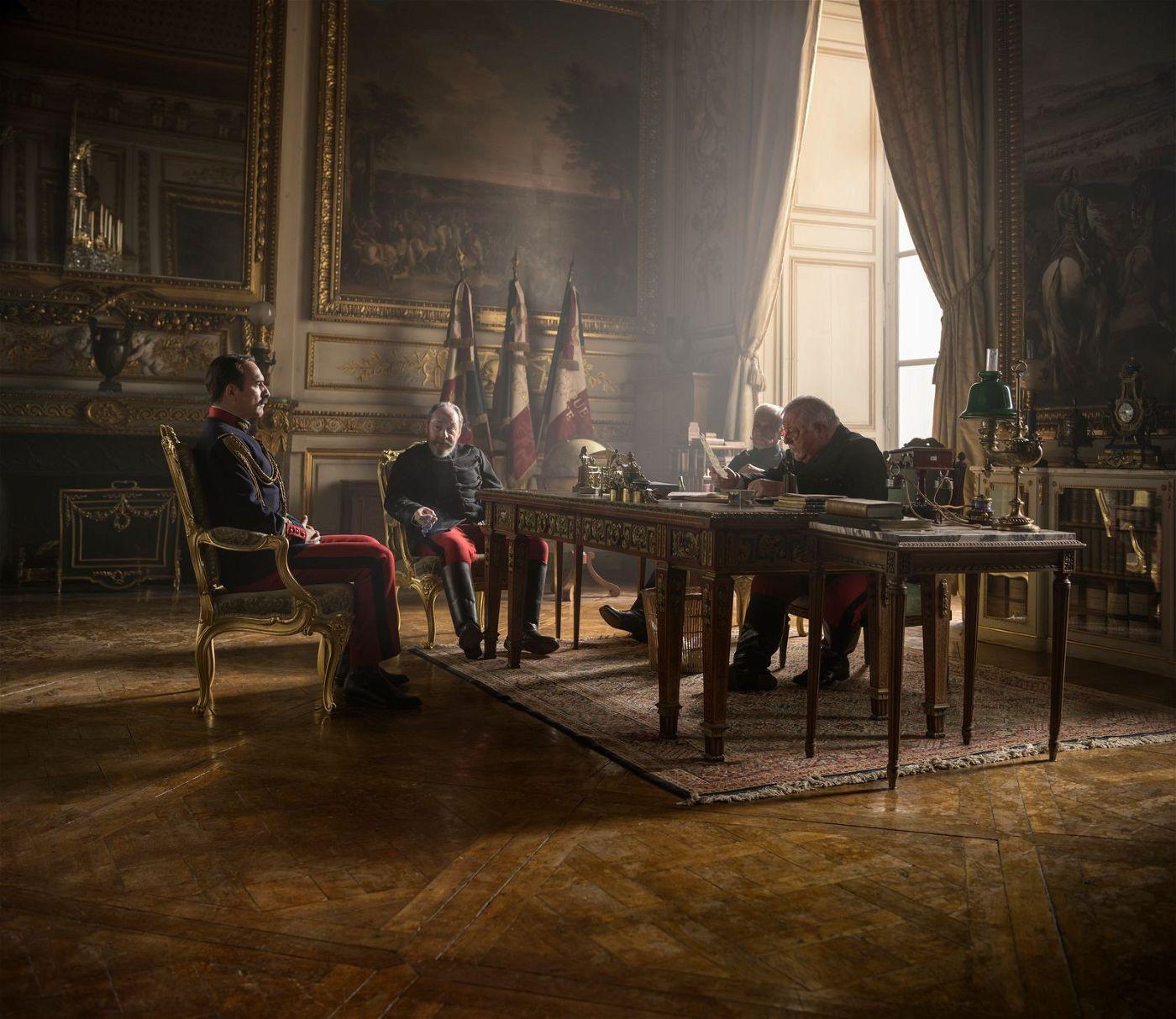 Marie-Georges Picquart (Jean Dujardin, links) muss sich gegenüber seinen Vorgesetzten erklären.