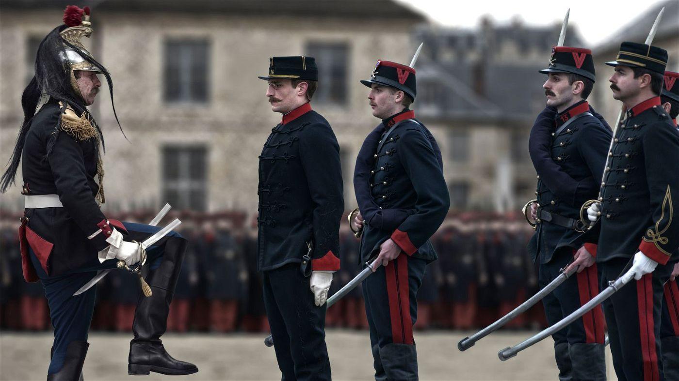 Im Januar 1895 wird Alfred Dreyfus (Louis Garrel, zweiter von links) in aller Öffentlichkeit degradiert.