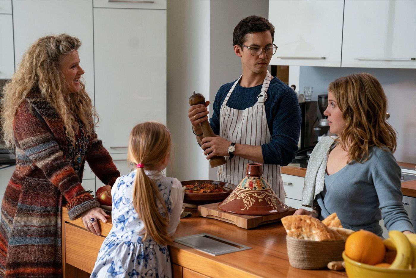Philippa (Barbara Sukowa, links) holt ihre Leih-Enkelin  Leonie ab - Witze über die Dinkelbrezeln der Öko-Helikopter-Eltern (Tim Oliver Schultz, Paula Kalenberg) inklusive.