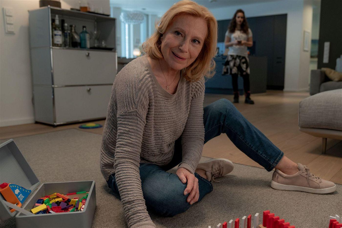 Karin (Maren Kroymann) kümmert sich nicht nur um ihren Patenenkel, sondern auch um dessen störrische Schwester Merle (Maya Lauterbach).