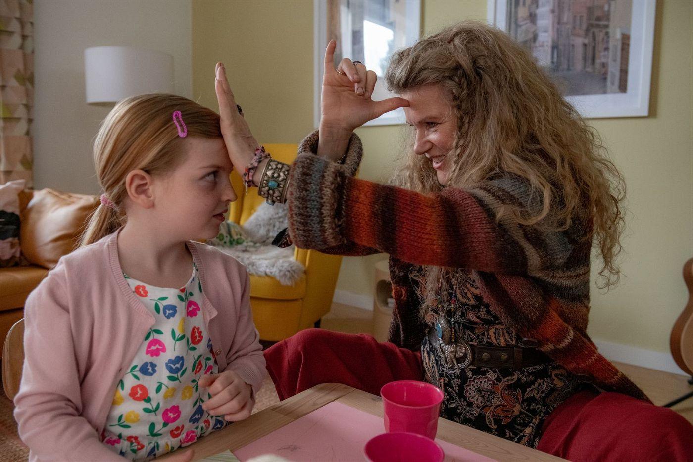 """Leonie darf bei Philippa (Barbara Sukowa, rechts) alles machen, sogar rülpsen und """"schulzen""""."""