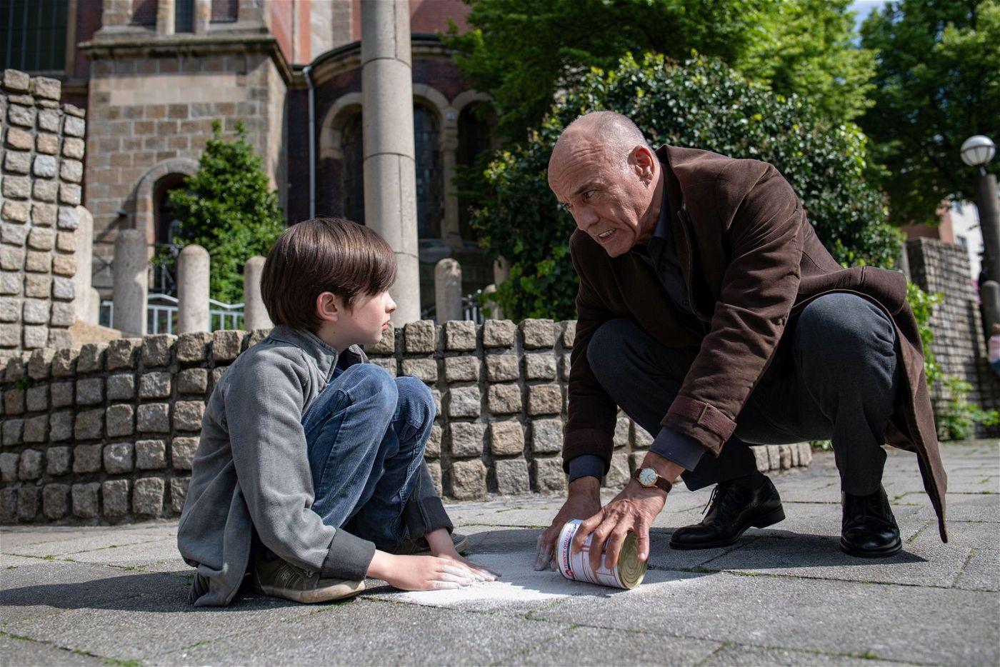 Viktor (Bruno Grüner) bekommt von Gerhard (Heiner Lauterbach) die Lektionen des Lebens beigebracht.