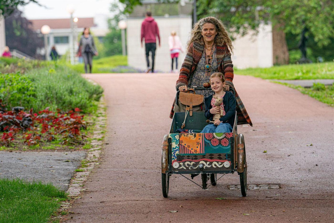 Barbara Sukowa schert sich als Hippie-Oma Philippa so gar nicht um Konventionen, was ihrer extrem gut behütet aufwachsenden Leih-Enkelin Leonie ziemlich gut gefällt.