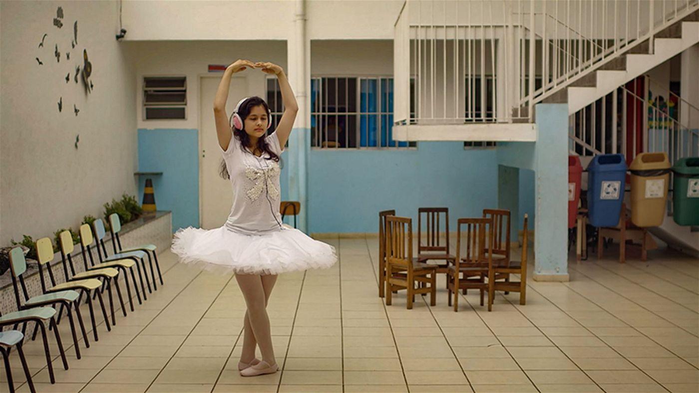 Musik leitet die jungen Tänzerinnen an.