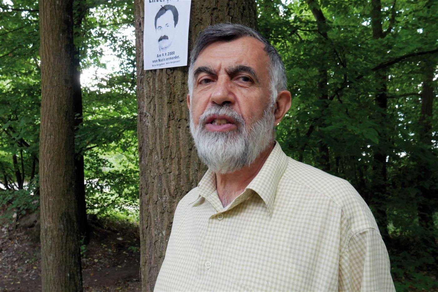 Ali Toy war Mitarbeiter im Blumenhandel des ersten NSU-Opfers Enver Şimşek. Am Tag von dessen Ermordung hätte er eigentlich Blumen am Straßenrand, der zum Tatort wurde, verkaufen sollen. Seitdem gedenkt Ali Toy seinem ehemaligen Chef und pflegt den Tatort - unter anderem mit neu gepflanzten Bäumen.