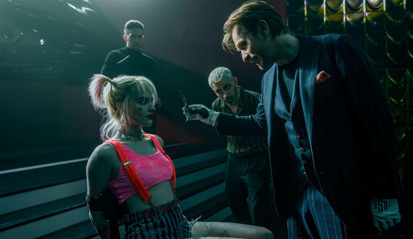 Der sadistische Nachtclubbesitzer Roman Sionis (Ewan McGregor, rechts) und seine rechte Hand Victor Zsasz (Chris Messina, Mitte) nehmen Harley Quinn (Margot Robbie) in die Mangel.